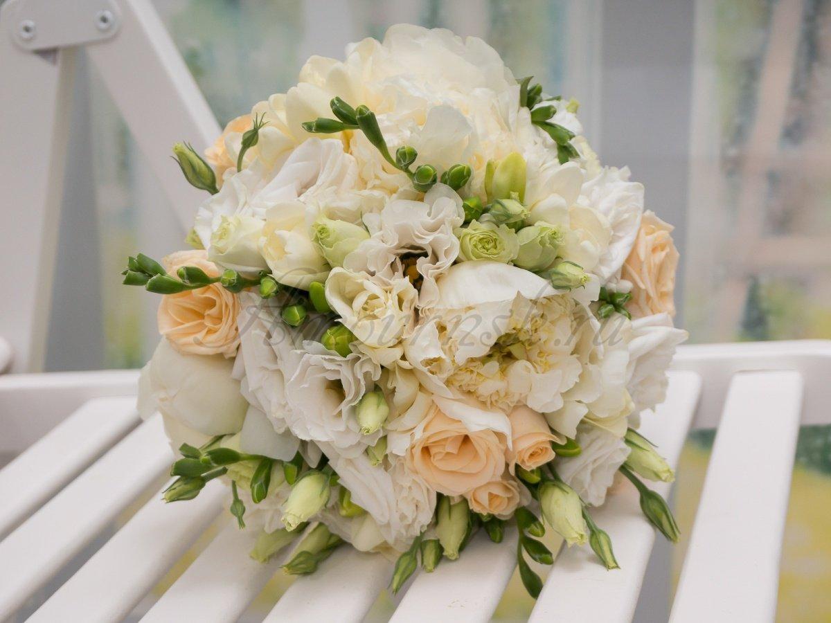 Стоит букет, свадебный букет заказать в новосибирске