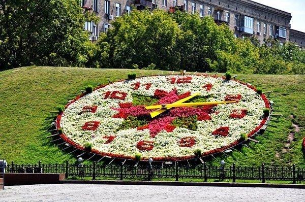 Цветочные часы на Поклонной горе в Москве