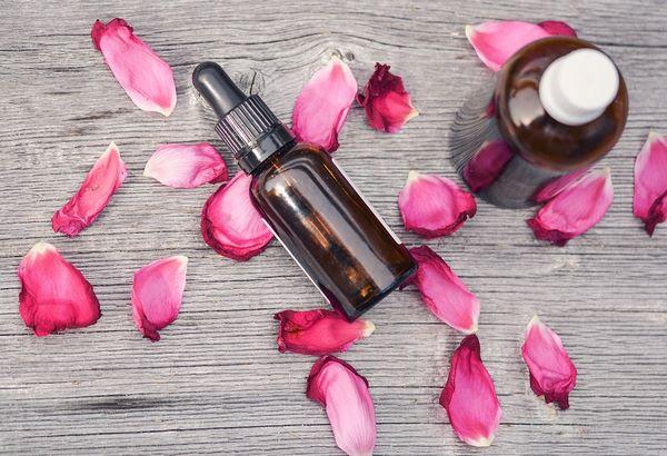 Эфирные масла с лепестками розы
