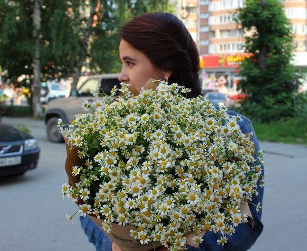 Девушка с букетом ромашек